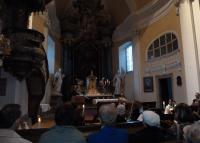 kazatelna, zavěšená v triumfálním oblouku, která je přístupná schodištěm ode dveří do sakristie