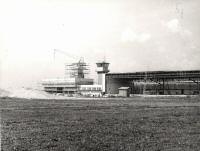 Stavba části letiště pro Aeroklub (řídící věž a hangár)