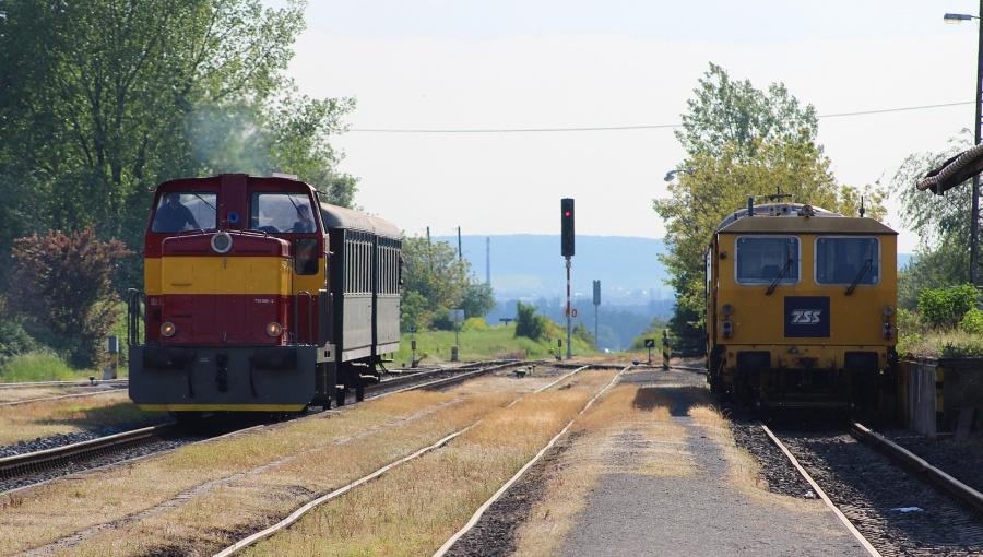14. května 2016 – Dieselová lokomotiva Rosnička vjíždí na nádraží (odpoledne), foto P. Trnčák (20 °C)