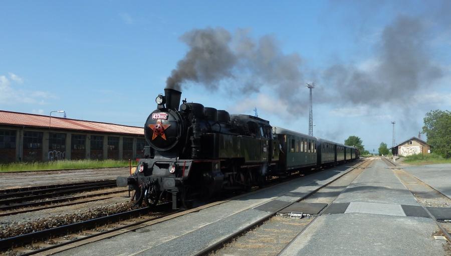 """28. května 2016 – nádraží Holešov - průjezd historického parního vlaku 433.002 """"Matěje"""" (21,8 °C)"""