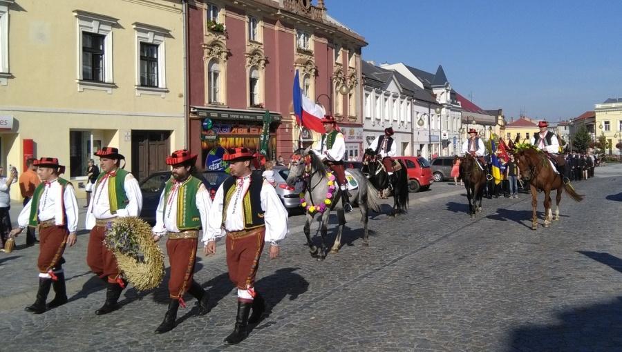 4. září 2016 – Dožínky mikroregionu Holešov - průvod ke kostelu na mši (20,6 °C)