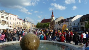 29. dubna 2016 – Náměstí Dr. E. Beneše - Stavění máje (14,6 °C)