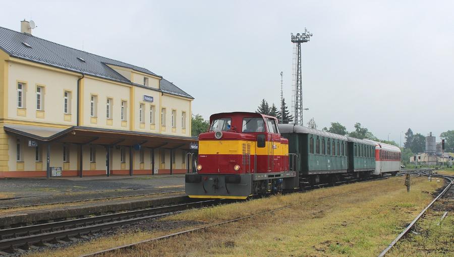 14. května 2016 – Dieselová lokomotiva Rosnička vjíždí na nádraží (ráno), foto P. Trnčák (13,1 °C)