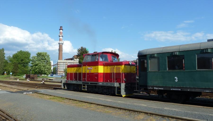 14. května 2016 – Dieselová lokomotiva Rosnička odjíždí z nádraží (20 °C)