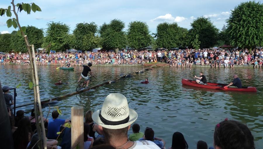 18. června 2016 – Holešovská Regata v zámeckém parku - přejezd vodní lávky (21,3 °C)