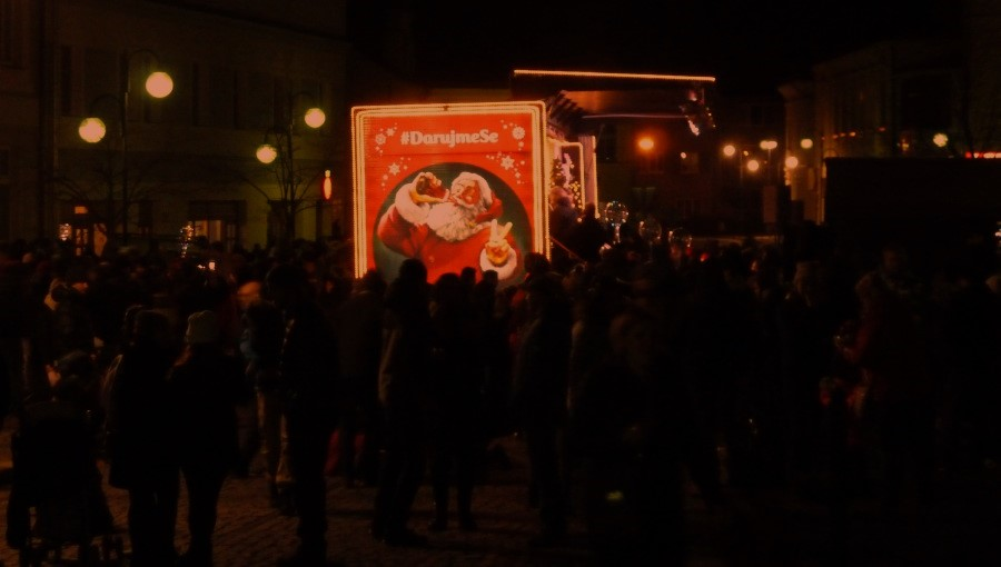 9. prosince 2018 – náměstí Dr. Edvarda Beneše a vánoční Coca-Cola kamion (7,5 °C)