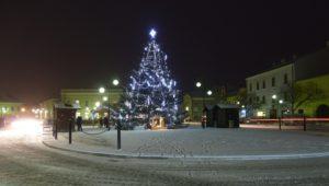 4. ledna 2019 – vánoční strom na zasněženém nám. Dr. E. Beneše (-2,5 °C)