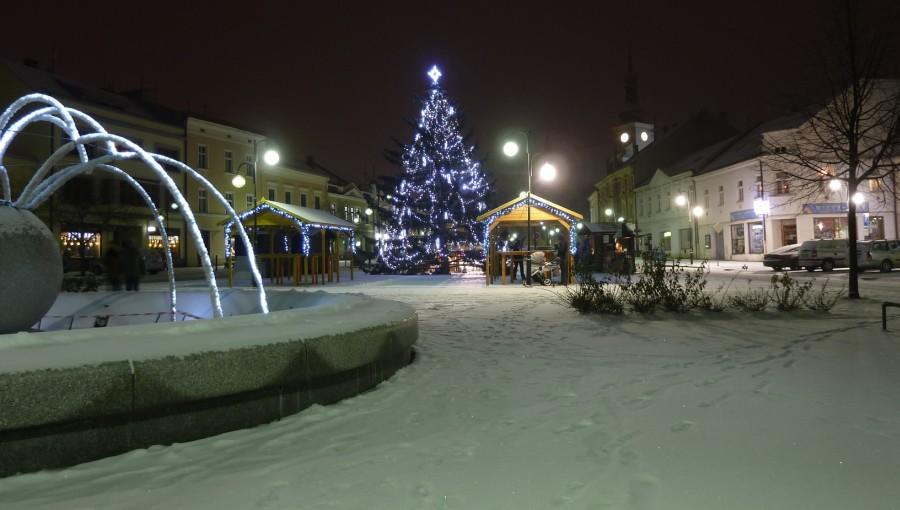 4. ledna 2019 – zasněžený vánoční strom na nám. Dr. E. Beneše (-2,5 °C)